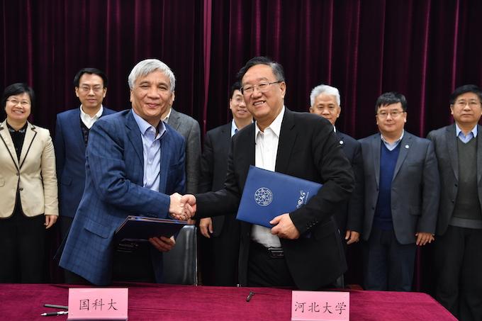 2河北大学校长康乐与中国科学院大学校长丁仲礼代表双方签订战略合作协议